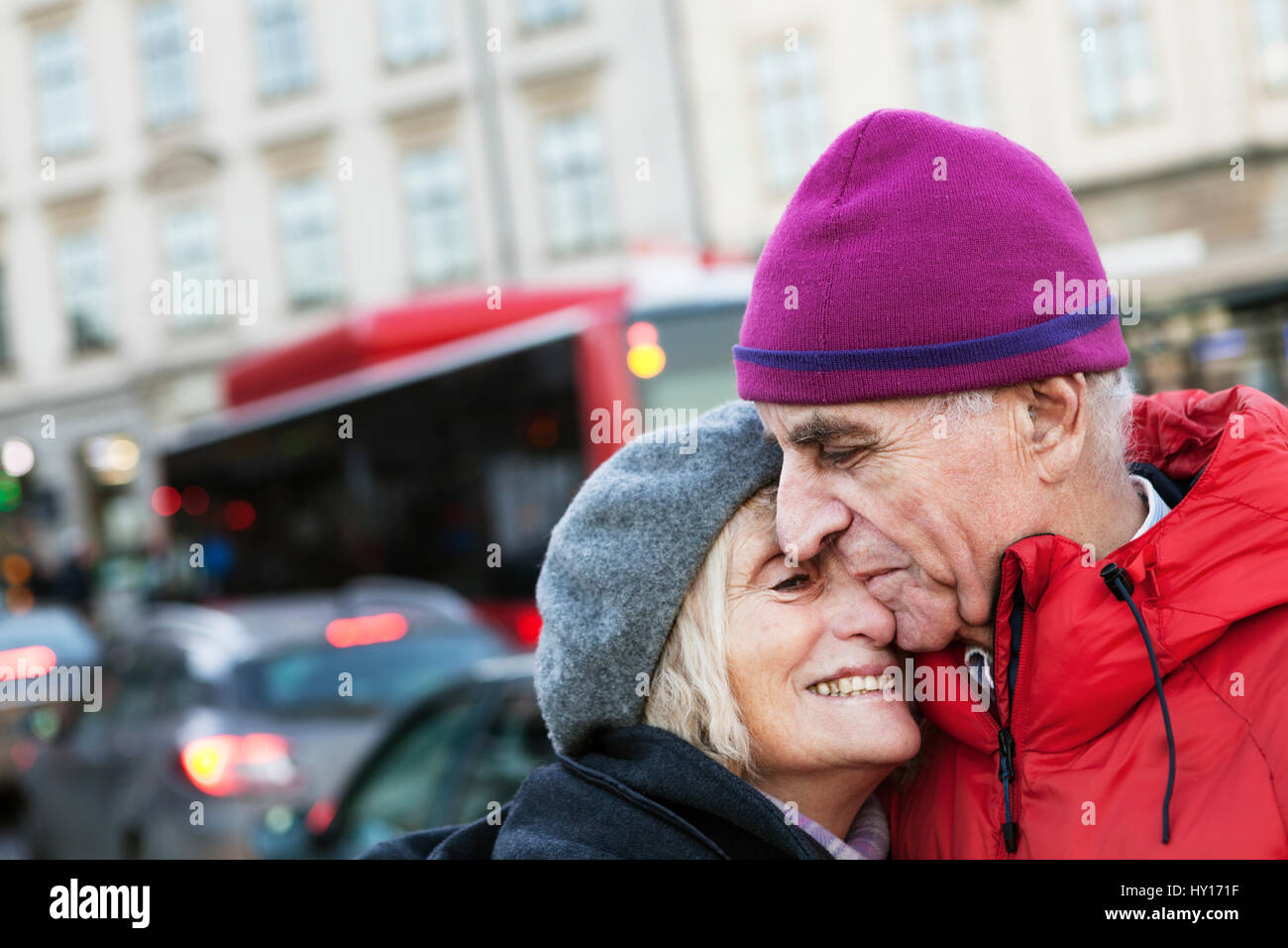 Sweden, Stockholm, Sodermalm, Senior couple hugging in street - Stock Image