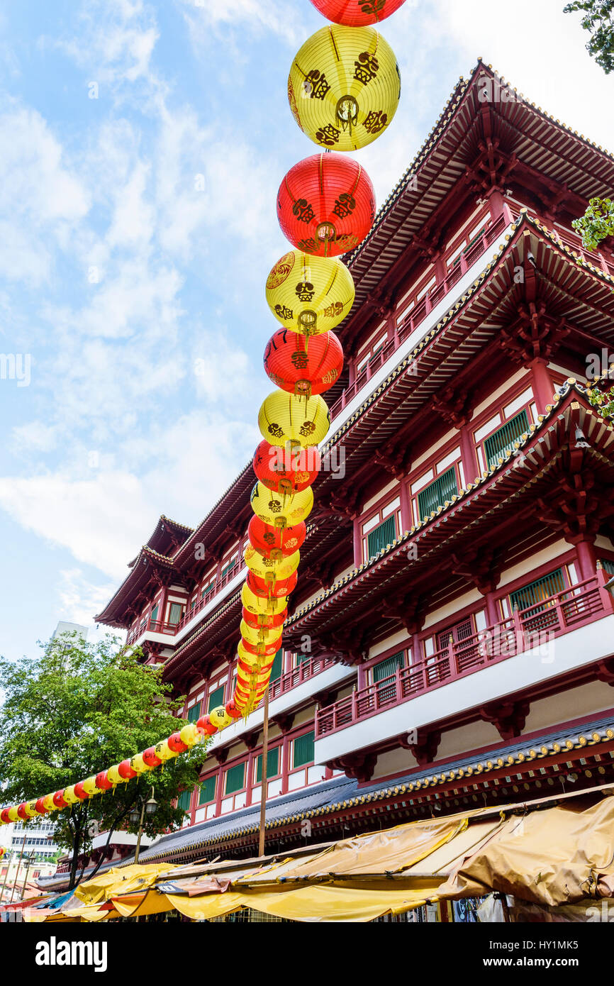 Traditional lanterns hang above Singapore's Chinatown, next to the Buddha Tooth Relic Temple and Museum, Chinatown, - Stock Image