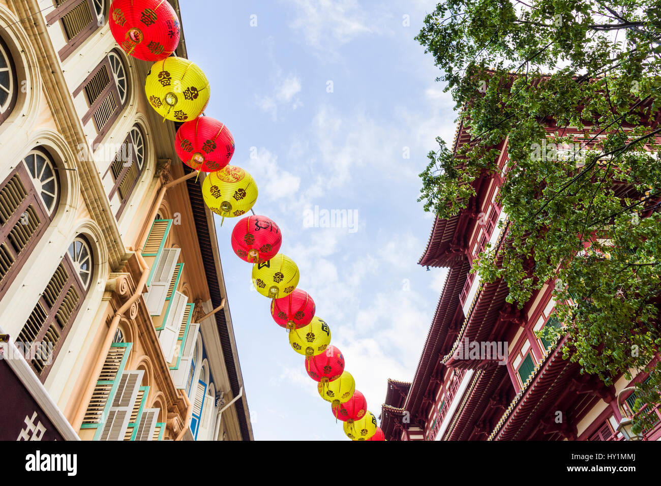 Traditional lanterns hang above shophouses in Singapore's Chinatown, next to the Buddha Tooth Relic Temple and Museum, - Stock Image