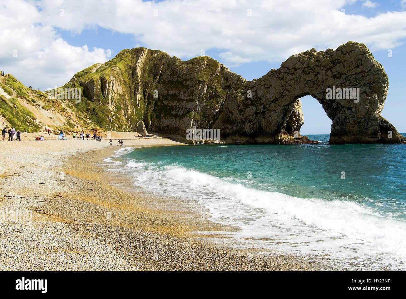 Der Strand am Durdle Door, ein natürlicher Felsbogen aus Kalkstein an der Jurassic Coast der zahlreiche - Stock Image