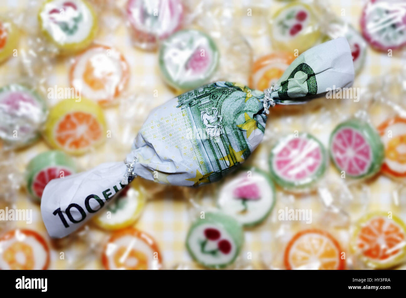 Sweet in euro-light hundred muffled, bonus payments, Bonbon in Hundert-Euro-Schein eingewickelt, Bonuszahlungen Stock Photo