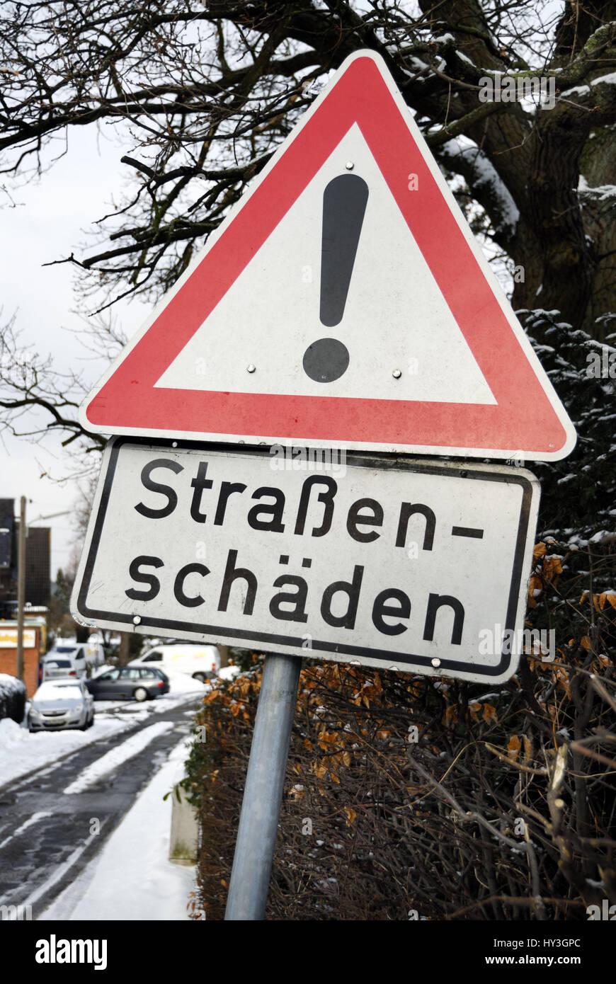 Hard winter: Road sign street damages, Harter Winter: Verkehrsschild Straßenschäden Stock Photo