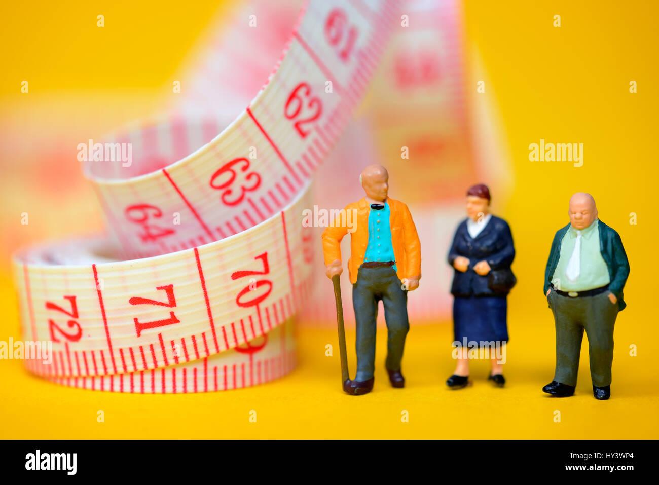 Senior citizens and dimension tape, symbolic photo Flexi pension, Senioren und Maßband, Symbolfoto Flexi-Rente Stock Photo