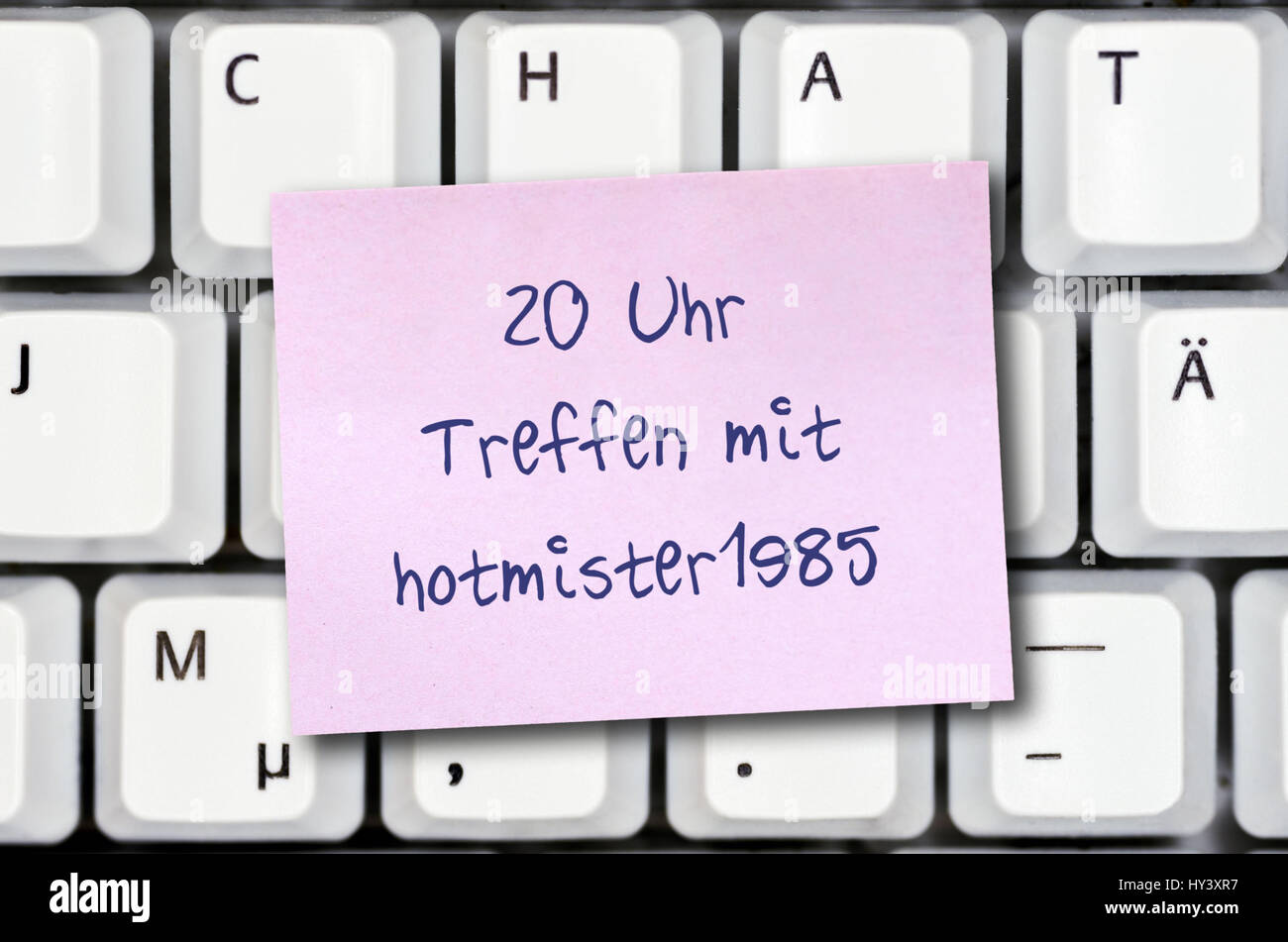 Slip of paper on a computer keyboard, meeting with acquaintance from on-line chat, Zettel auf einer Computertastatur, - Stock Image