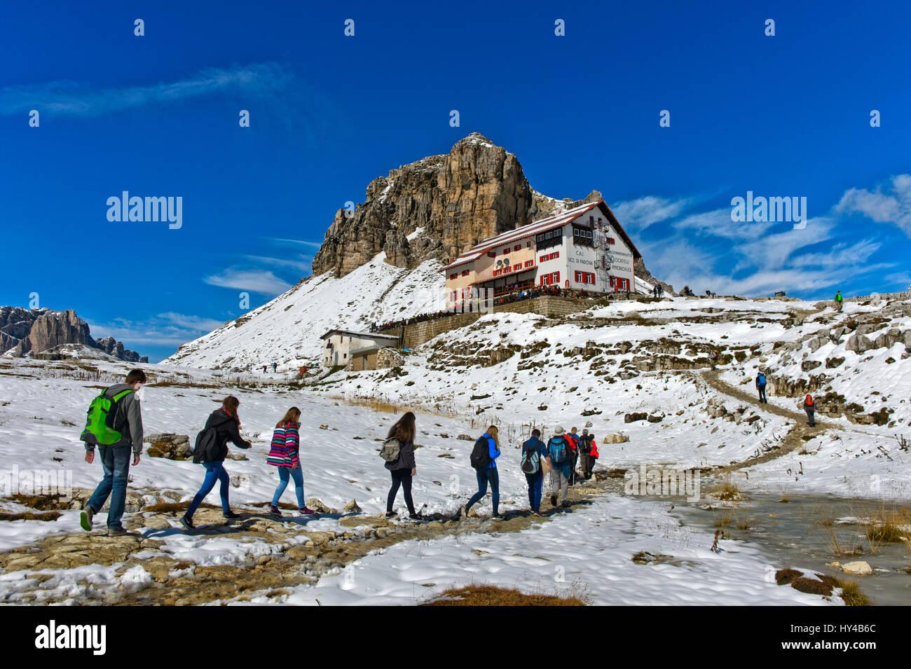 Hikers on the way to the Dreizinnenhütte, Rifugio Locatelli hut, Sesto Dolomites, South Tyrol, Trentino-Alto - Stock Image