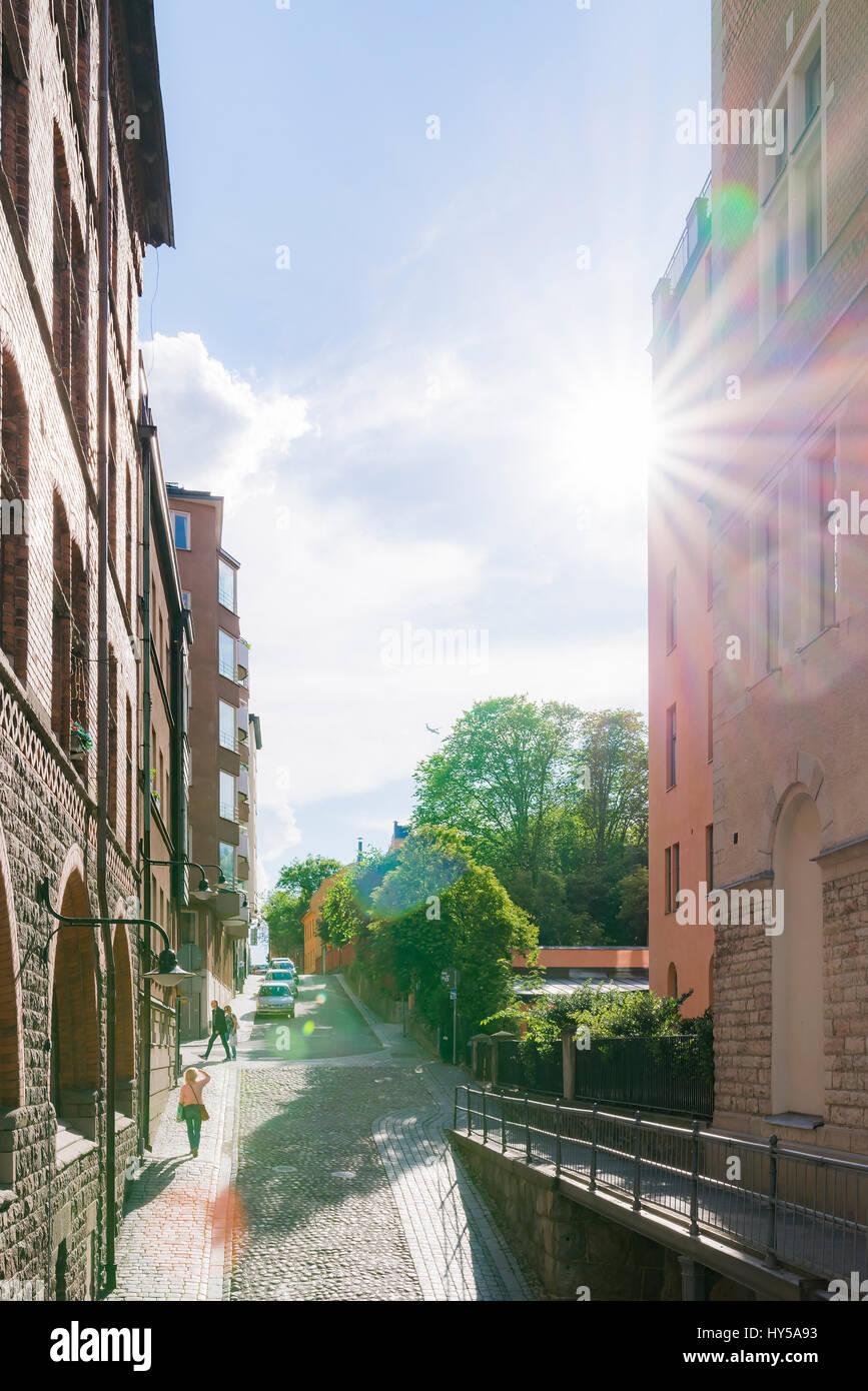 Sweden, Stockholm, Sverige, Sodermalm, City street in sunlight - Stock Image