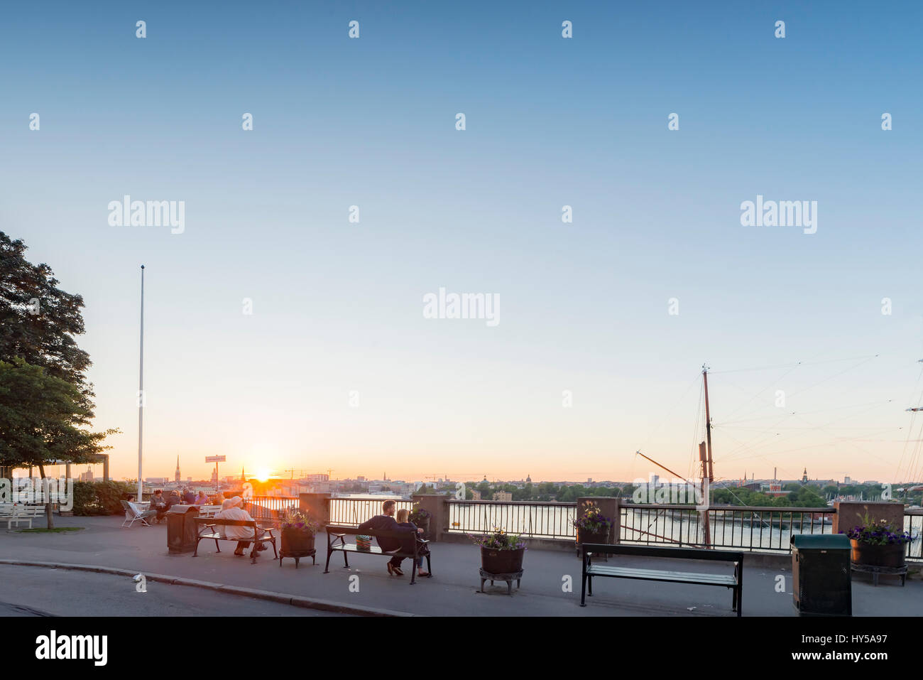 Sweden, Stockholm, Sverige, Sodermalm, City view with people sitting on benches - Stock Image
