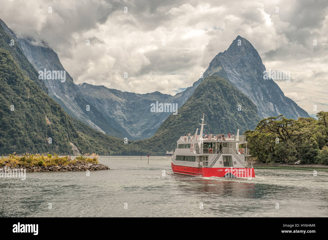 Tour boat cruising in Milford sound, Fiordlands National Park, New Zealand - Stock Image