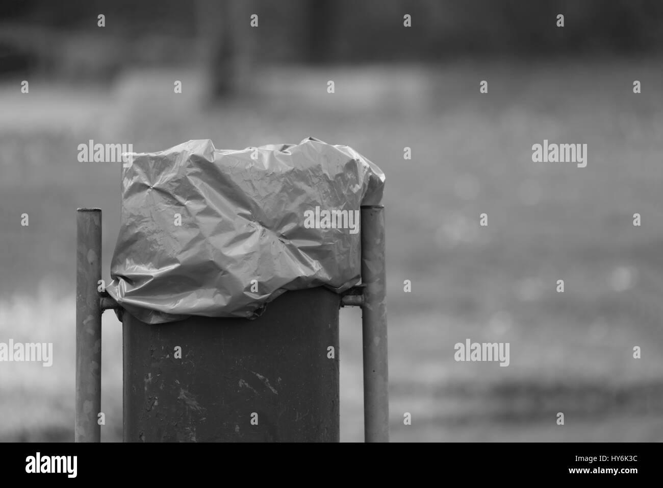 Mülltonne im Park Stock Photo
