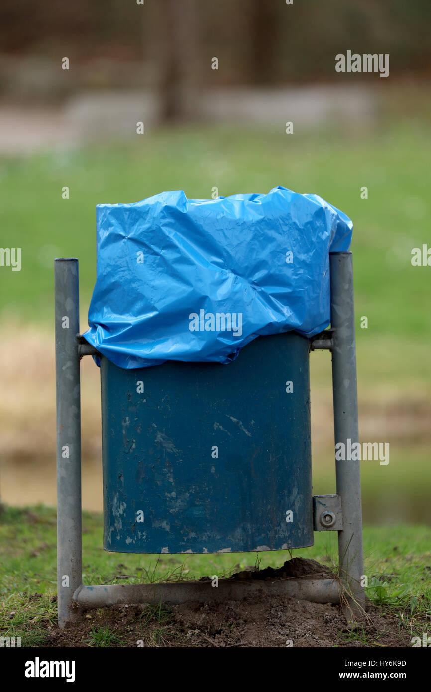 Mülltonne im Park - Stock Image