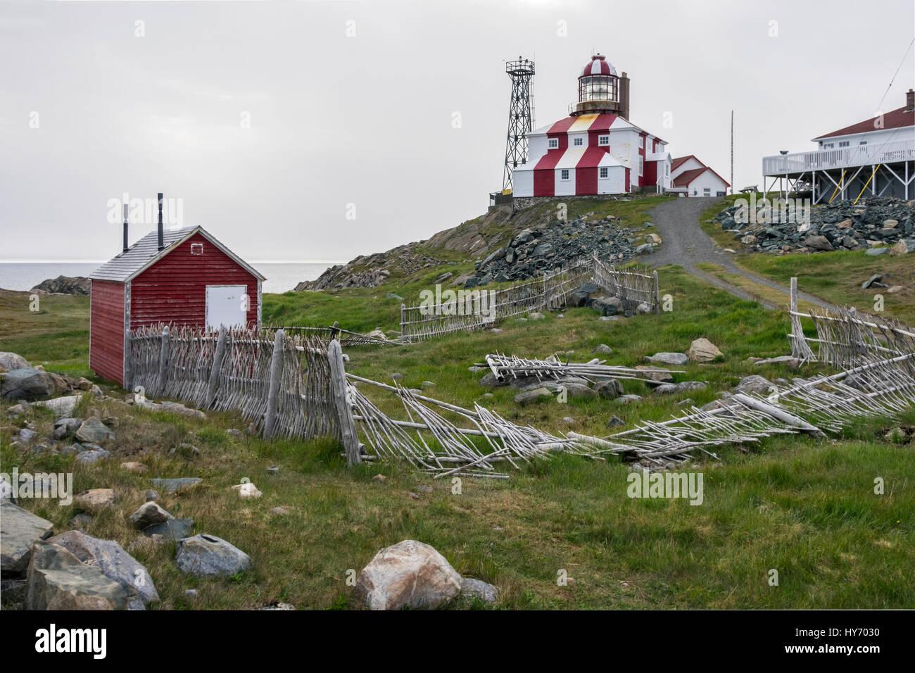 Cape Bonavista lighthouse with red shed and stick fence, Newfoundland - Stock Image