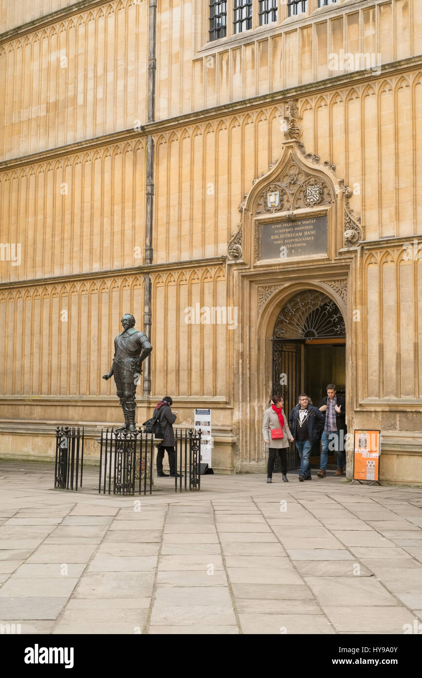 Bodleian library entrance and statue of Earl of Pembroke, founder of Pembroke College, Oxford University, Oxford, - Stock Image