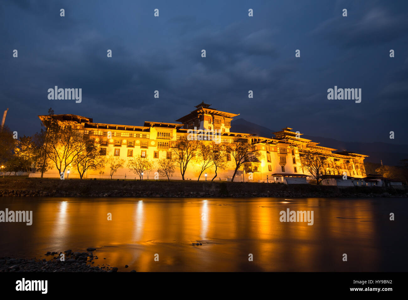 Punakha Dzong and the Mo Chhu River, lighted at twilight.  Punakha, Bhutan. - Stock Image