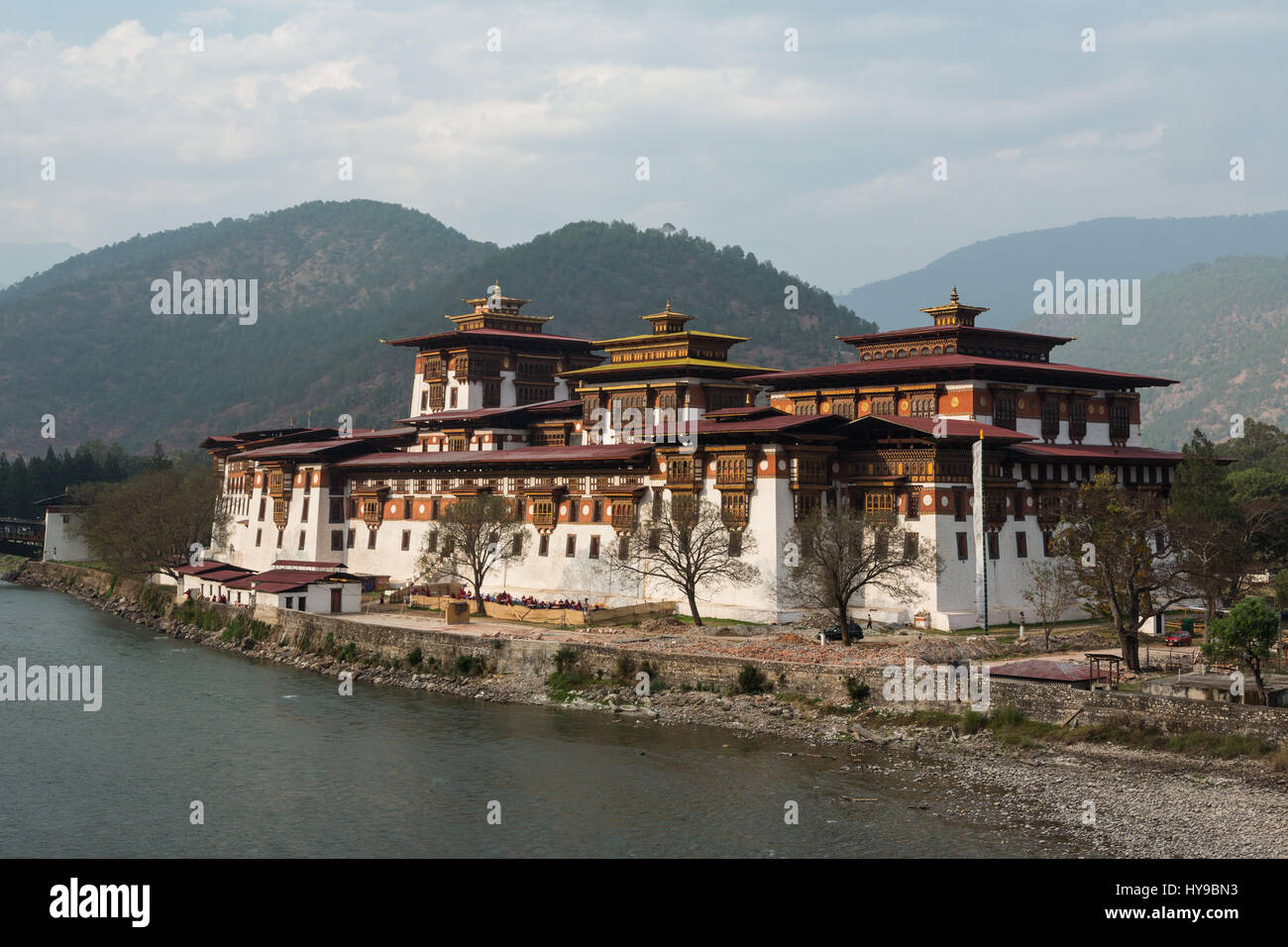 Punakha Dzong and the Mo Chhu River.  Punakha, Bhutan. - Stock Image