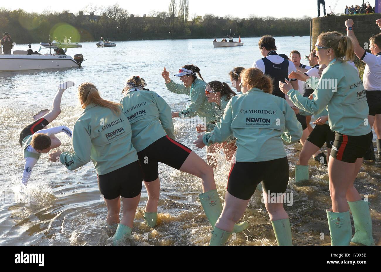 London, UK. 2nd April, 2017. The University Mens Boat Race Oxford (dark blue) Vs Cambridge (light blue) on the River - Stock Image