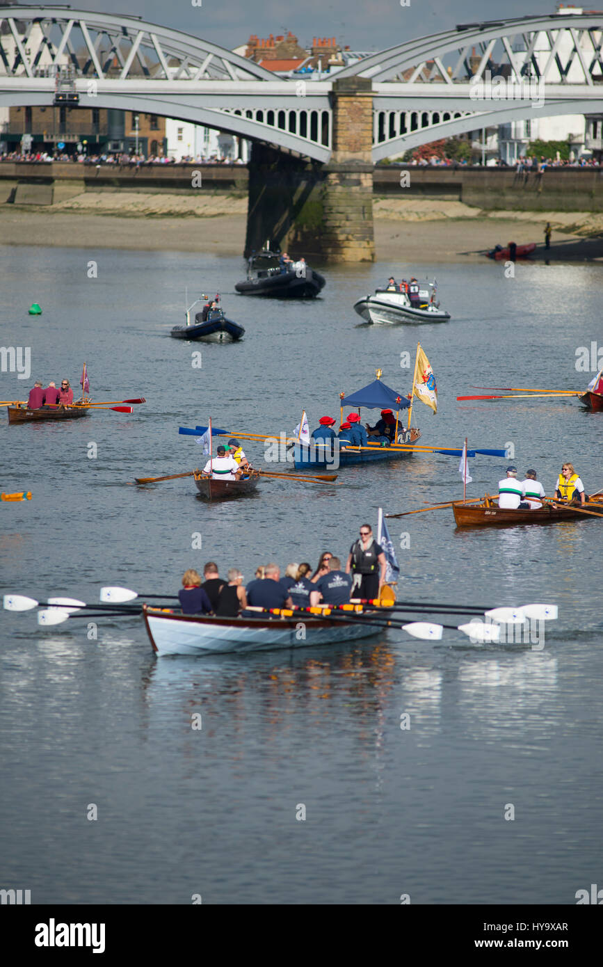Barnes Bridge, London, UK. 2nd April, 2017. The Cancer Research UK Boat Races take place in London. Amongst the - Stock Image
