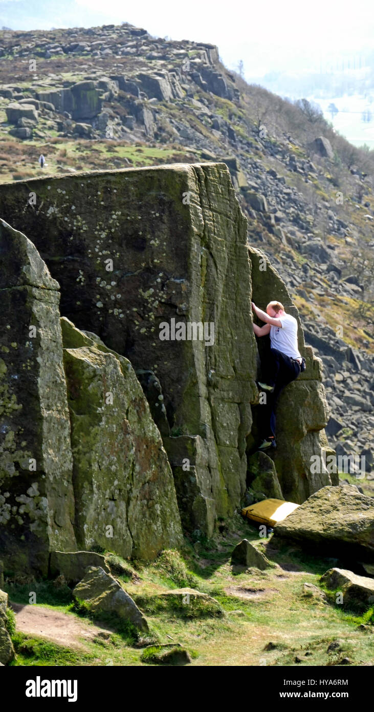 Curbar Edge, Peak District, Derbyshire, UK. 3rd April, 2017. UK Weather, rock climber bouldering at Curbar Edge Stock Photo