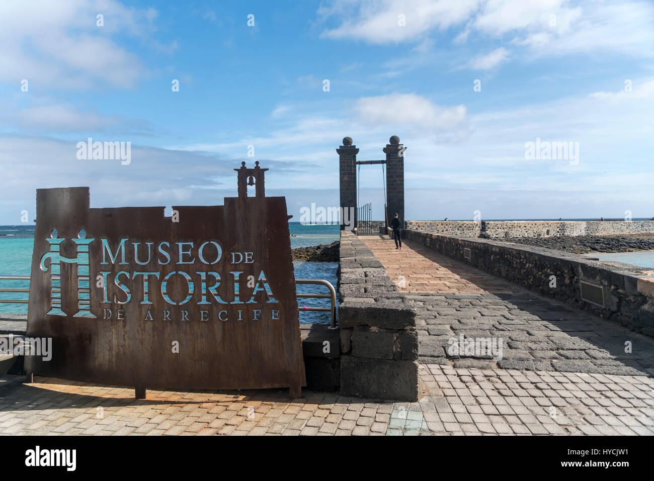 Brücke Puente de Las Bolas und Schild Museo de Historia,  Hauptstadt Arrecife, Insel Lanzarote, Kanarische Inseln, Stock Photo