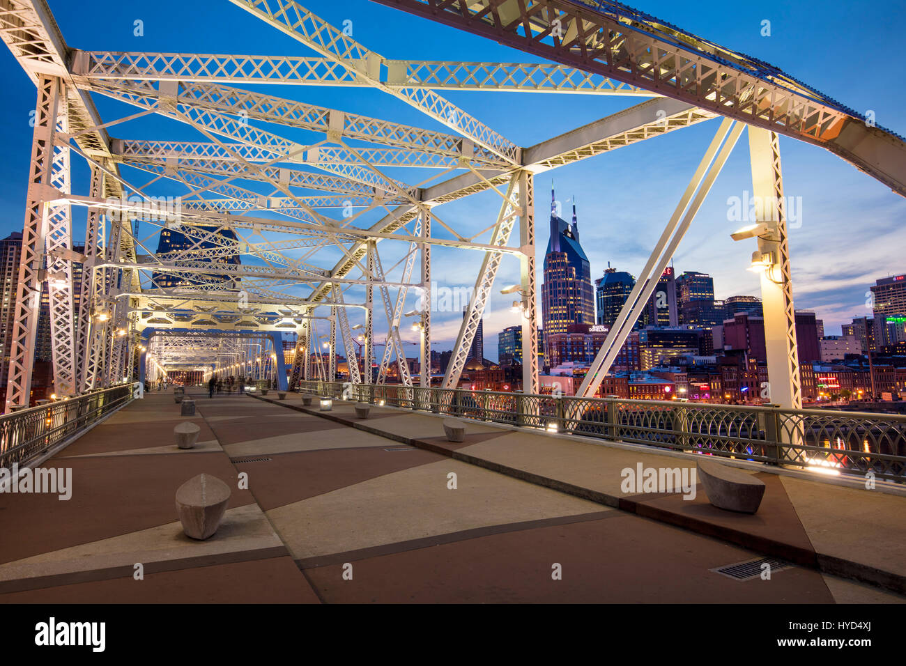 Newly named John Seigenthaler Pedestrian Bridge (formerly Shelby St Bridge - b 1907), with skyline of Nashville - Stock Image