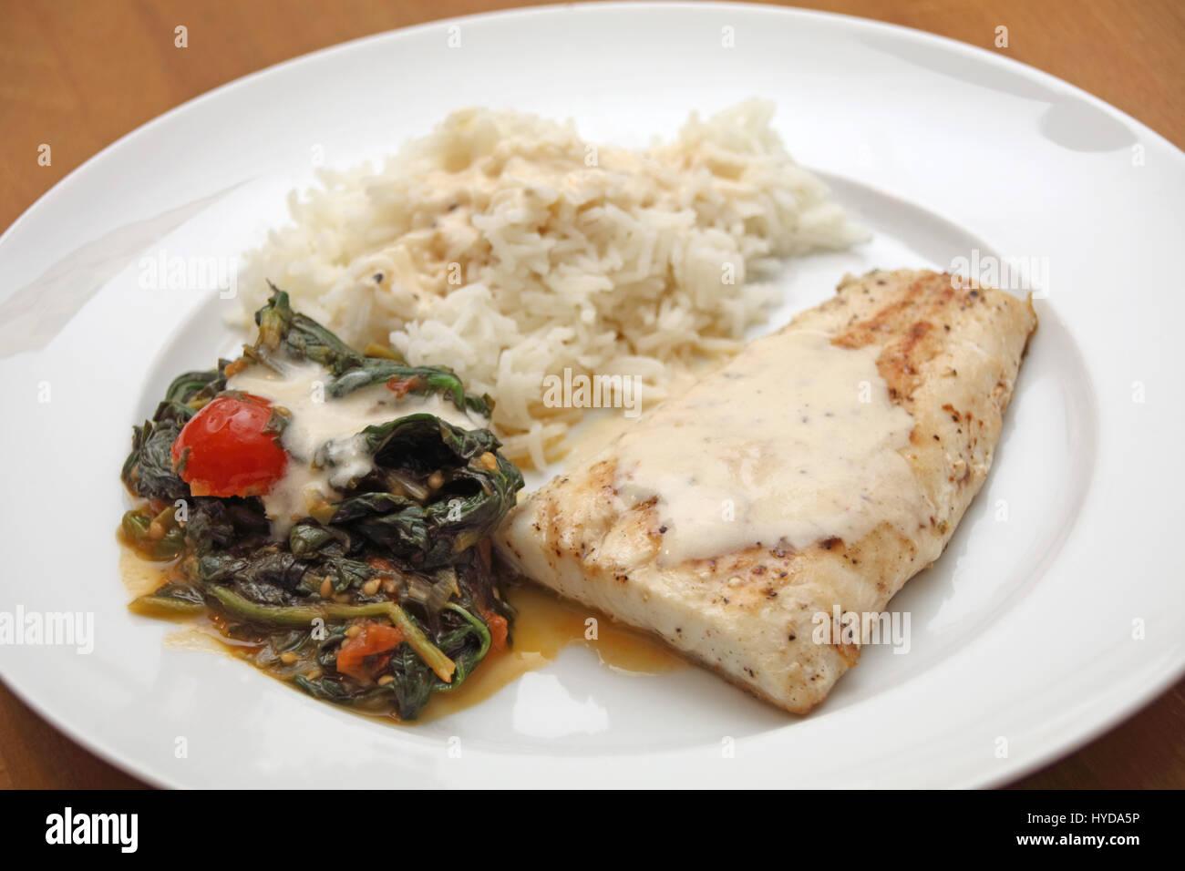 Zander mit Reis und Blattspinat - Stock Image