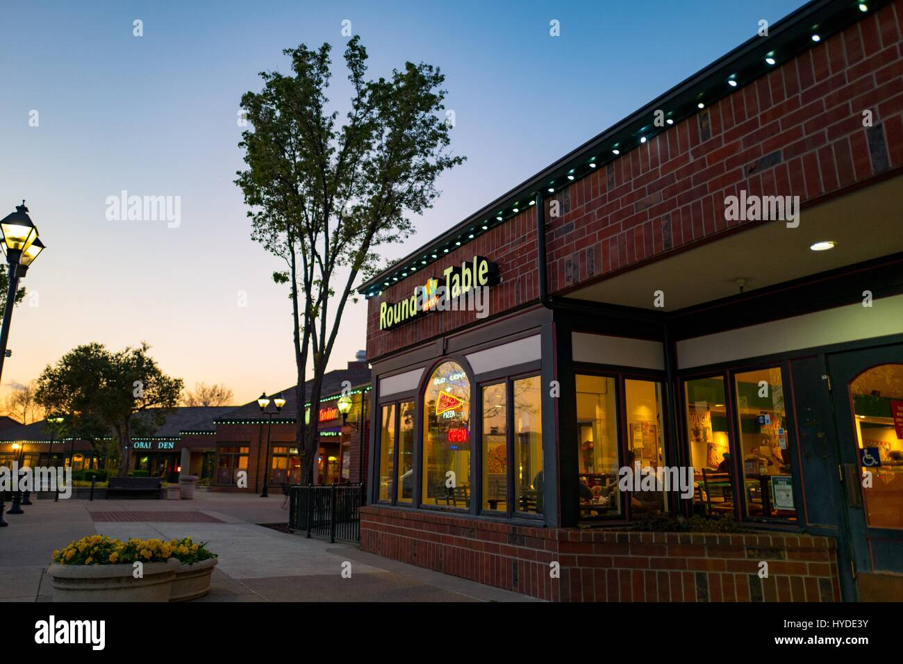 Round Table Pizza Concord.Round Table Pizza Restaurant At Night In Downtown San Ramon Stock