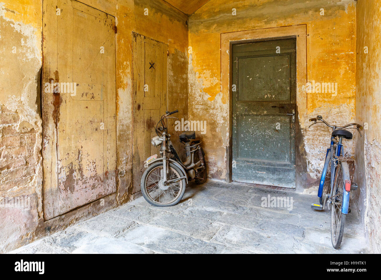 Bicycle and moped in an old garage - Stock Image