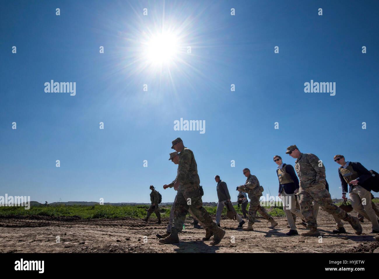 Qayyarah West, Iraq. 04th Apr, 2017. U.S. Joint Chiefs Chairman Gen. Joseph Dunford, center, and Jared Kushner, - Stock Image