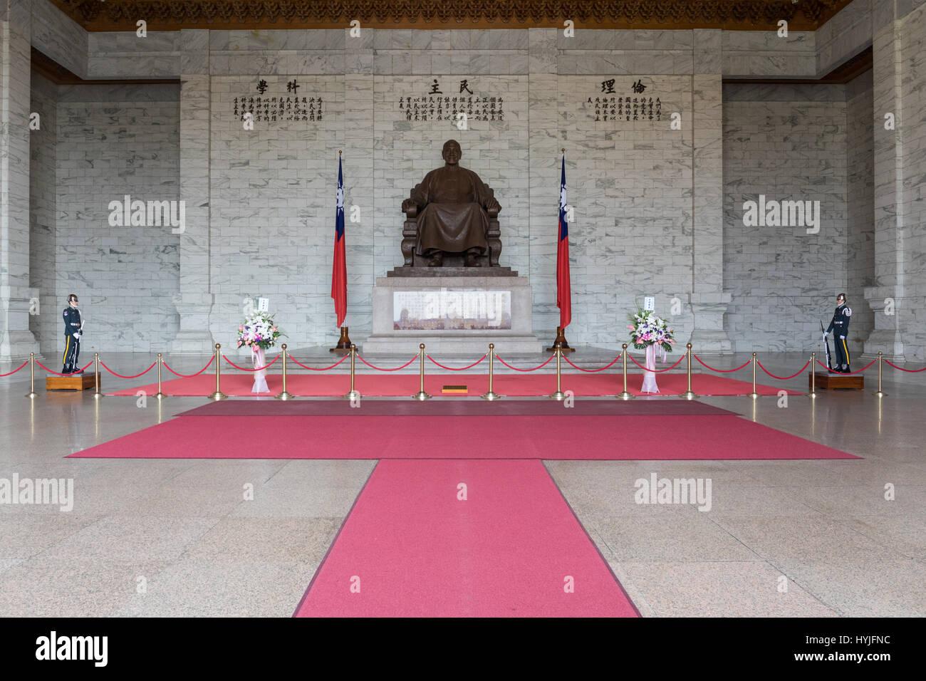 Taipei, Taiwan. 5th April, 2017. Two members of the honor guard at the Chiang Kai-shek Memorial Hall in Taipei, - Stock Image