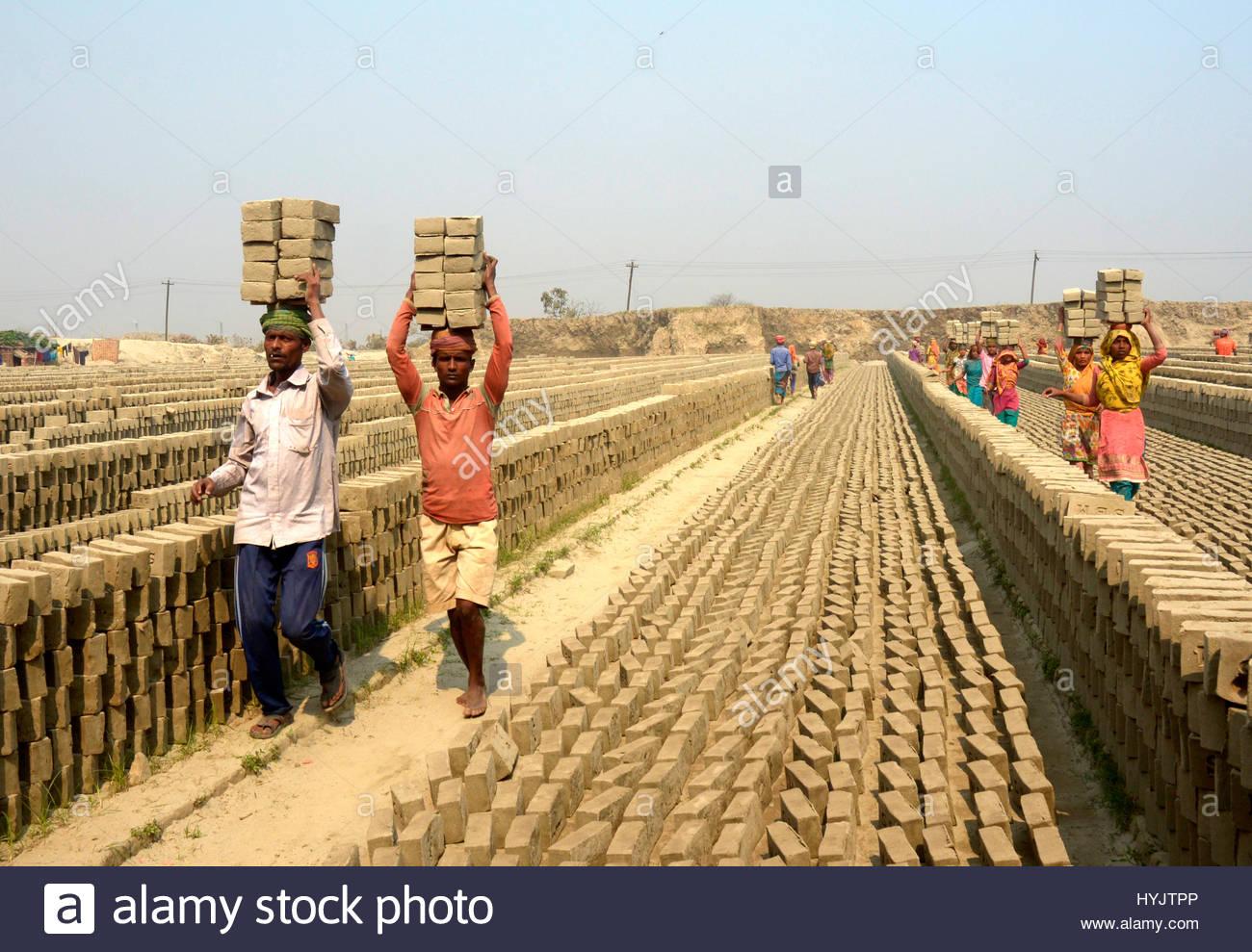 Bangladeshi workers are engage hazard risky work at break field Keraniganj, Dhak - Stock Image