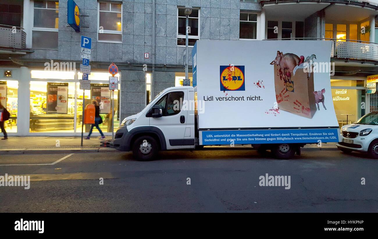 'Lidl verschont nicht': Protest gegen Lidl und die Tierhaltung der 'Zulieferer' des Discounters, - Stock Image