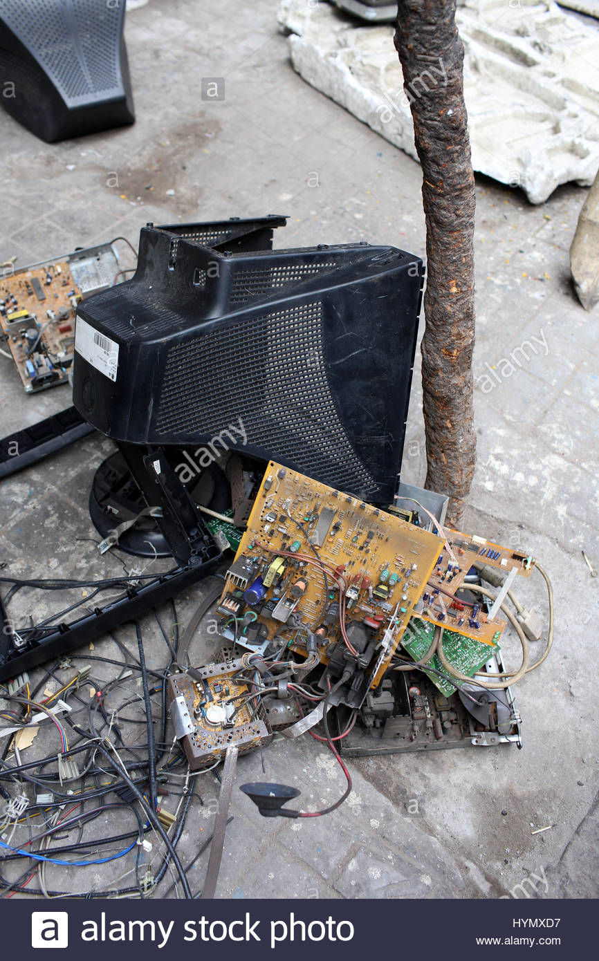Electronic Waste India Stock Photos House Wiring Job In Kolkata Dismantled Used Electronics On The Sidewalk Kolkatas Chandni Chowk Market