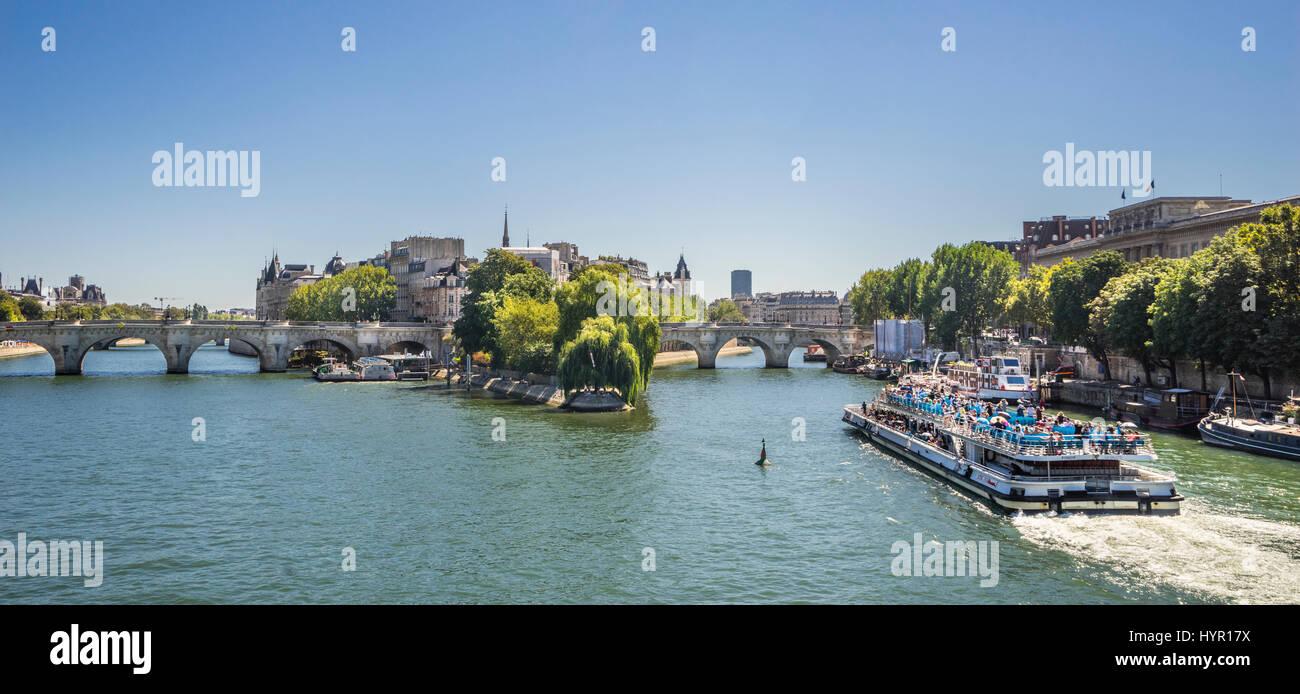 France, Paris, view of Seine River and Pont Neuf bridge with Ile de la Cité, a natural island and the centre - Stock Image