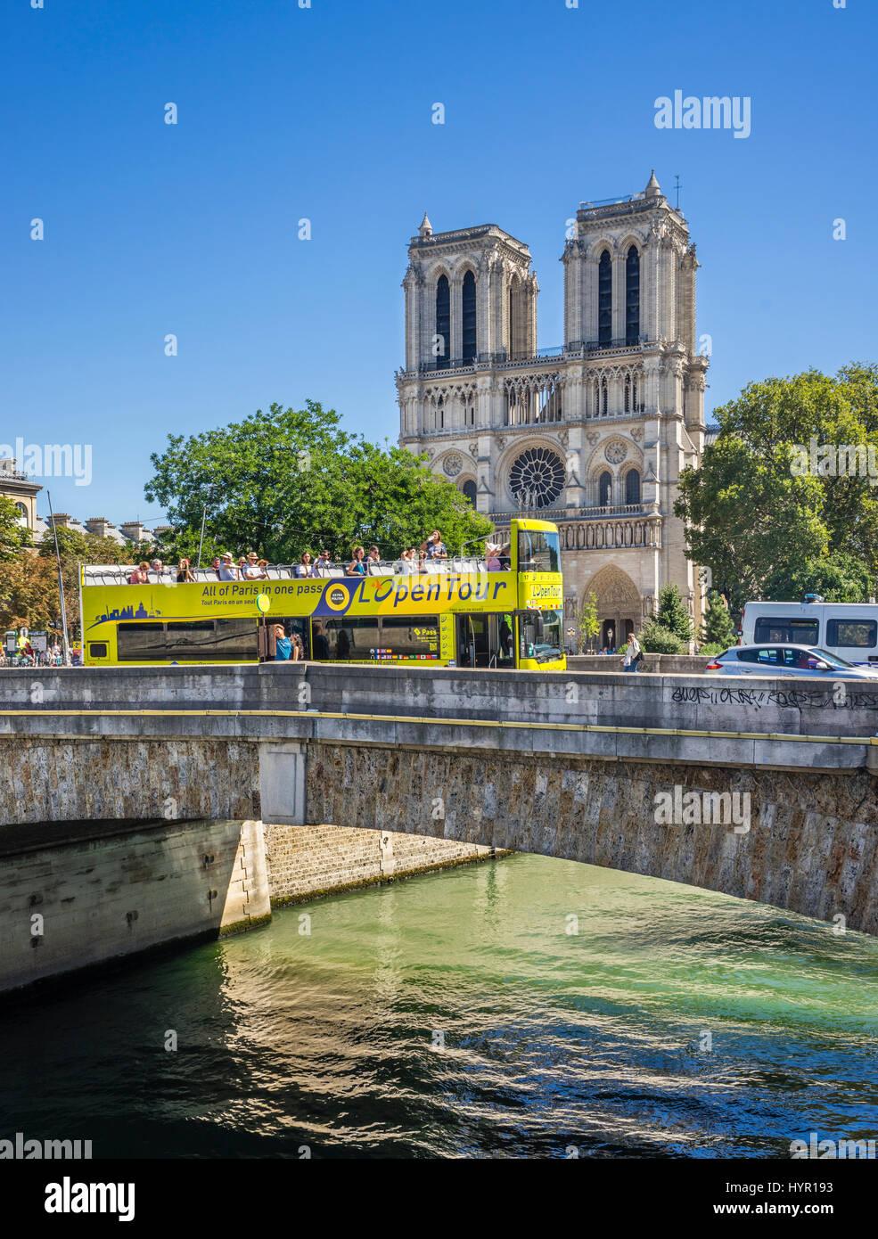 France, Paris, Seine, Ile de la Cité, view of Petit Pont and Notre Dame Cathedral - Stock Image