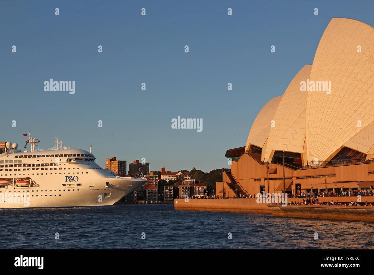 P&O Pacific Jewel cruise leaving with Sydney Harbour Bridge background, Australia - Stock Image