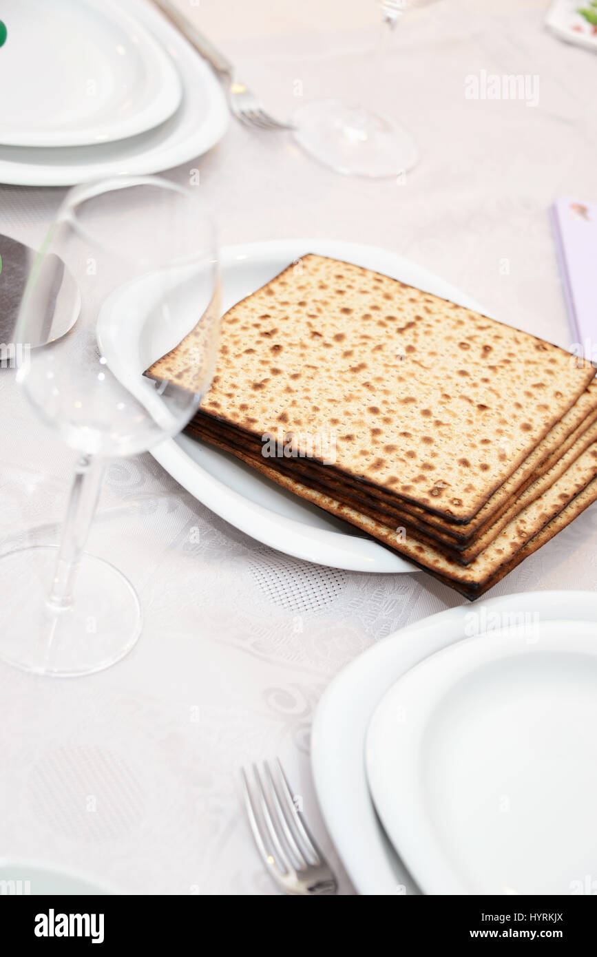 Jewish Passover seder table with matzo - Stock Image