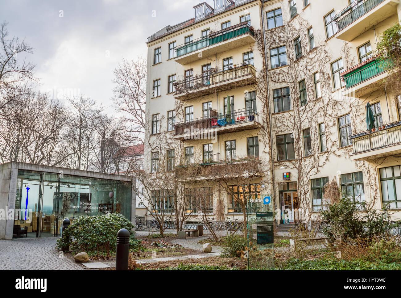 Historischer Hinterhof in den Hackeschen Höfen in Berlin, Deutschland | Historic courtyard garden of Hackesche - Stock Image