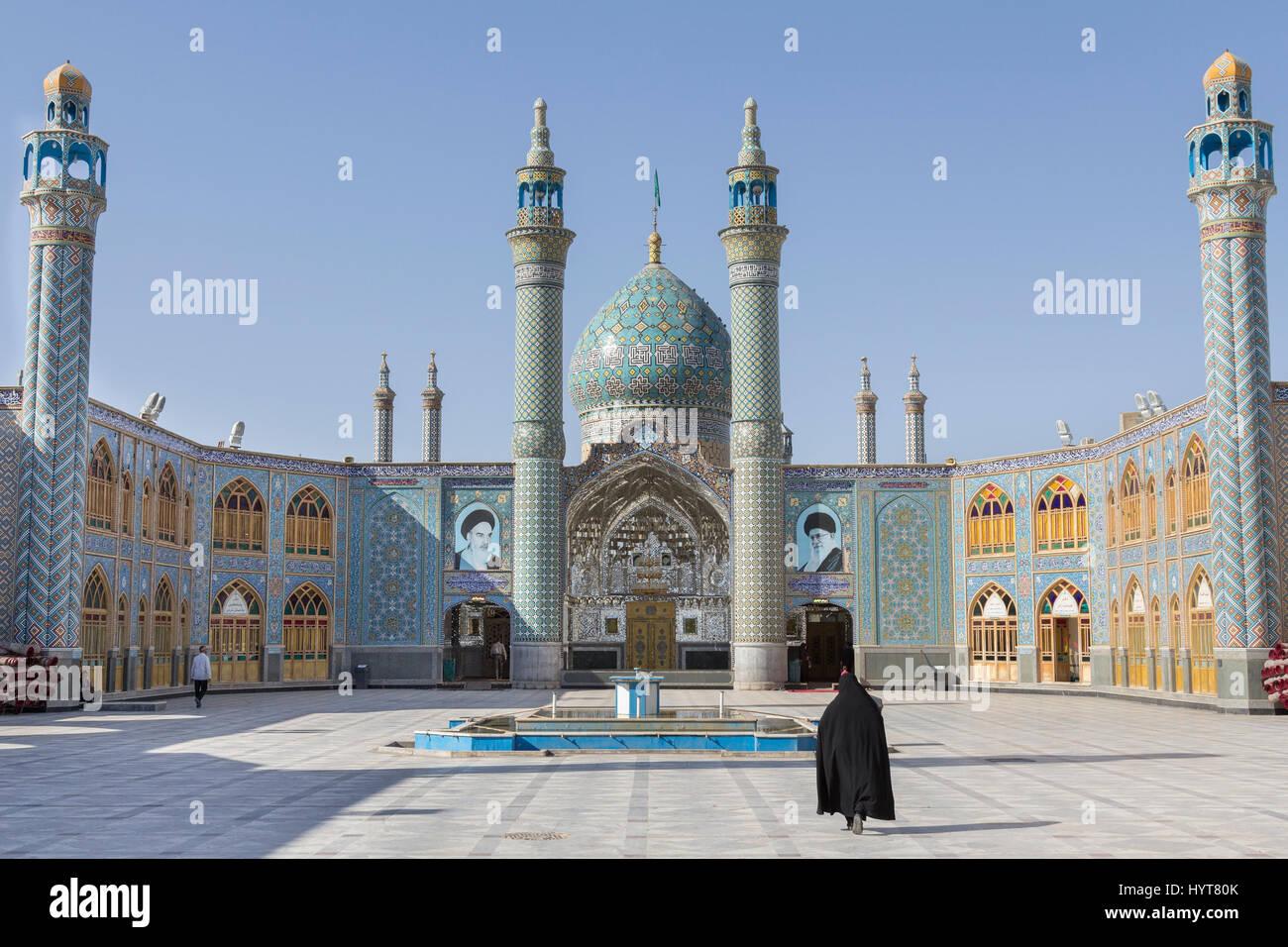Aran va bidgol Mosque/holy shrine near Kashan, Iran, with a veiled woman walking in front of it   Aran va Bidgol - Stock Image