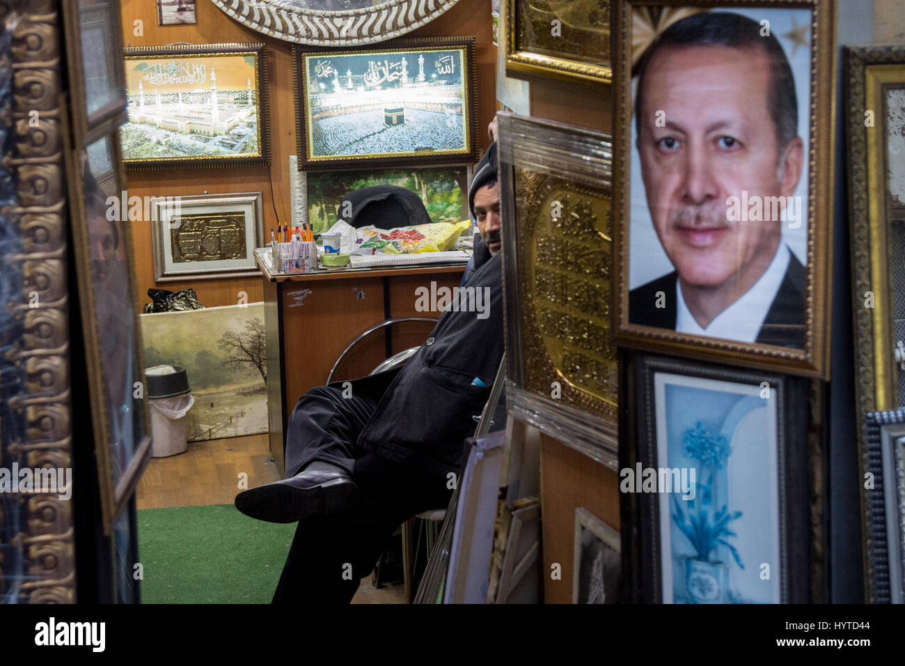 ISTANBUL, TURKEY - DECEMBER 29, 2015: Shopkeeper selling a huge portrait of the Turkish President, Recep Tayyip - Stock Image