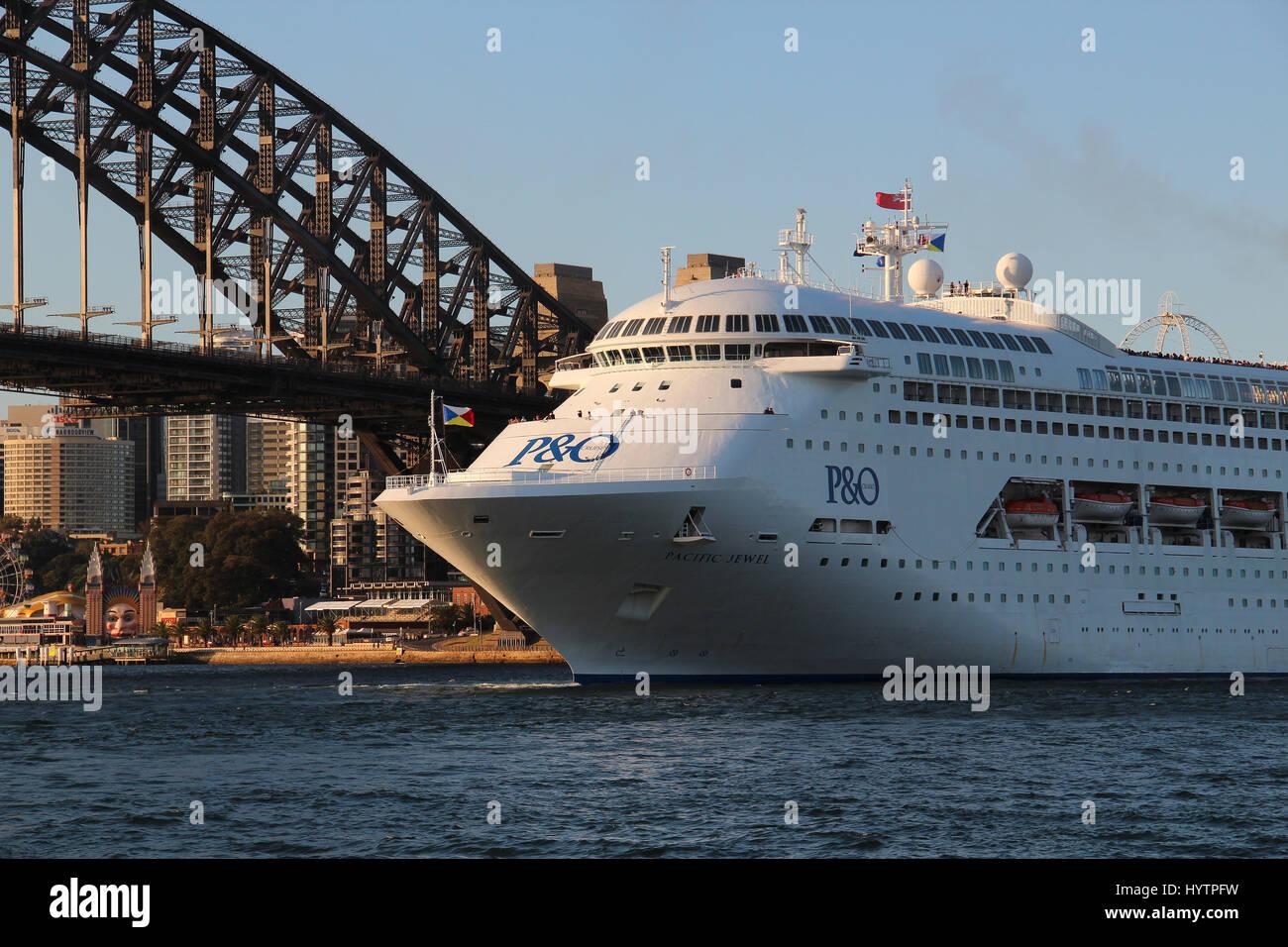P&O Pacific Jewel cruise arriving with Sydney Harbour Bridge background, Australia - Stock Image
