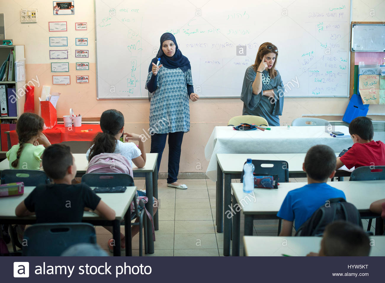 Alia Hussien and fellow teacher Efrat Toval give a lesson on identity to this class of 3rd Graders.. Max Rayne Hand - Stock Image