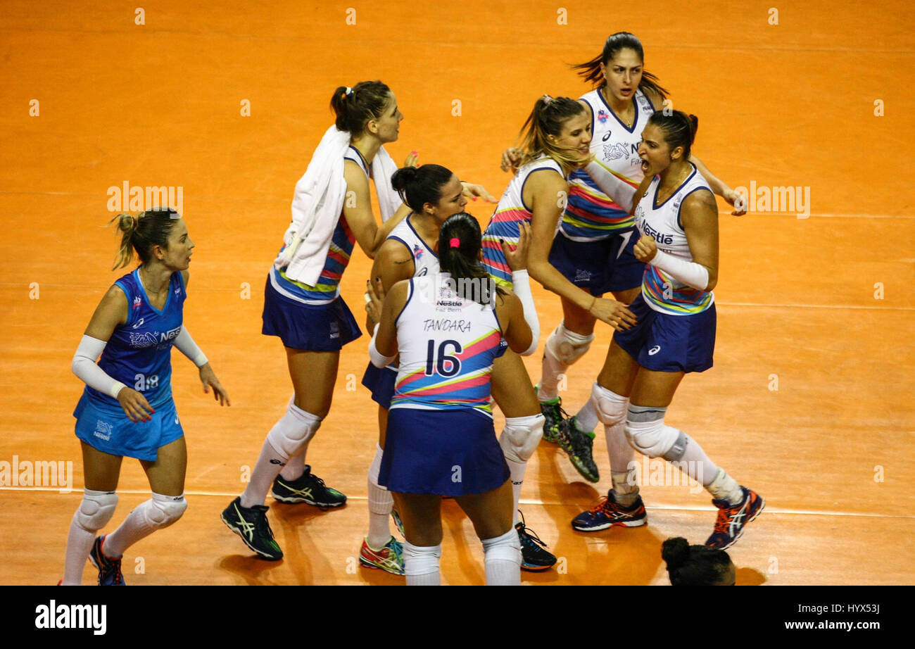 Osasco, Brazil. 07th Apr, 2017. Team celebrates VÃ'lei Nestlê point. Match between VÃ'Nestlà - Stock Image