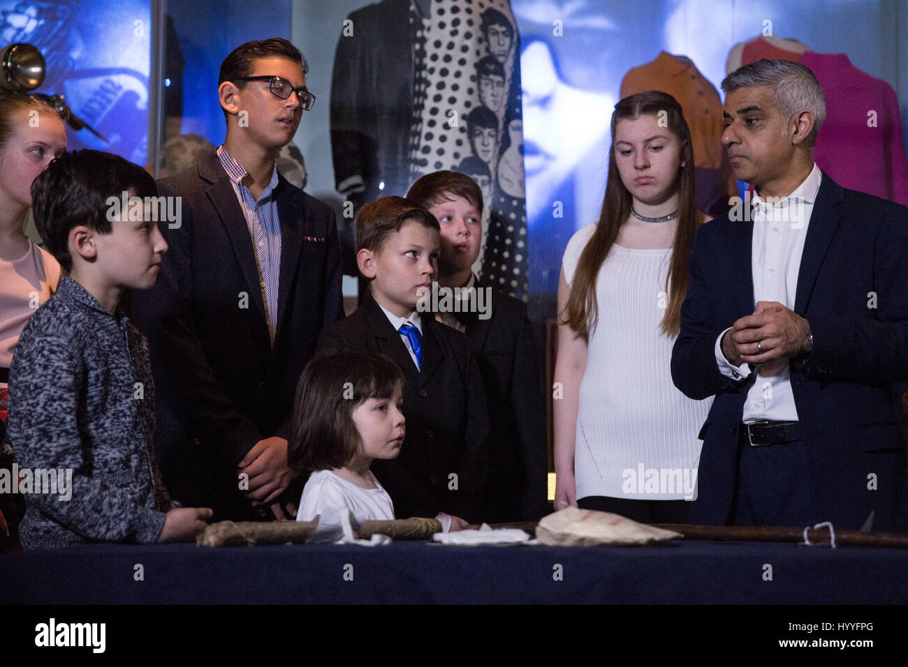 London, UK. 4th April, 2017. Mayor of London Sadiq Khan joins children taking part in a Great Smog workshop at the - Stock Image