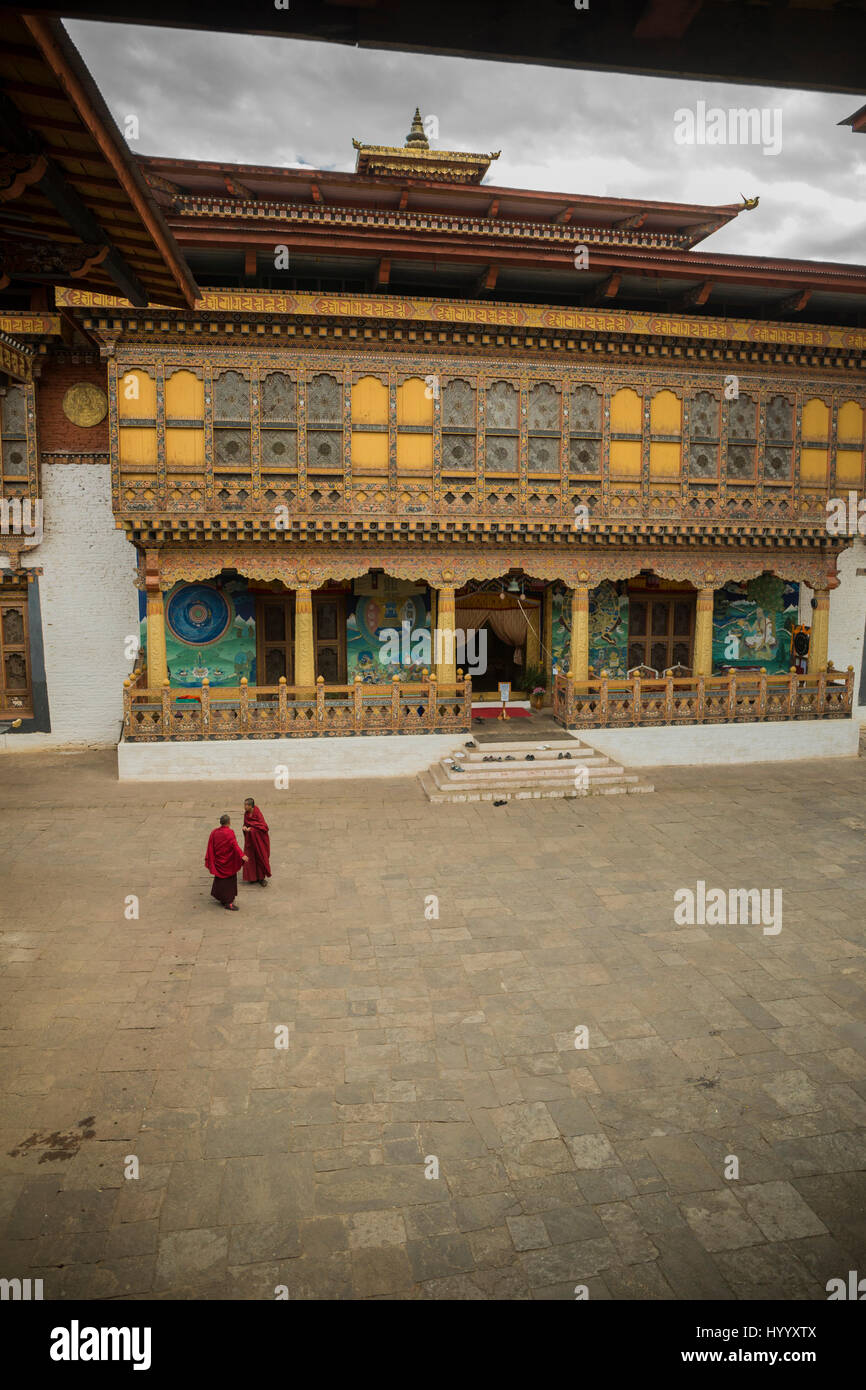 Two monks meeting in the second courtyard in Punakha Dzong (Bhutan) - Stock Image
