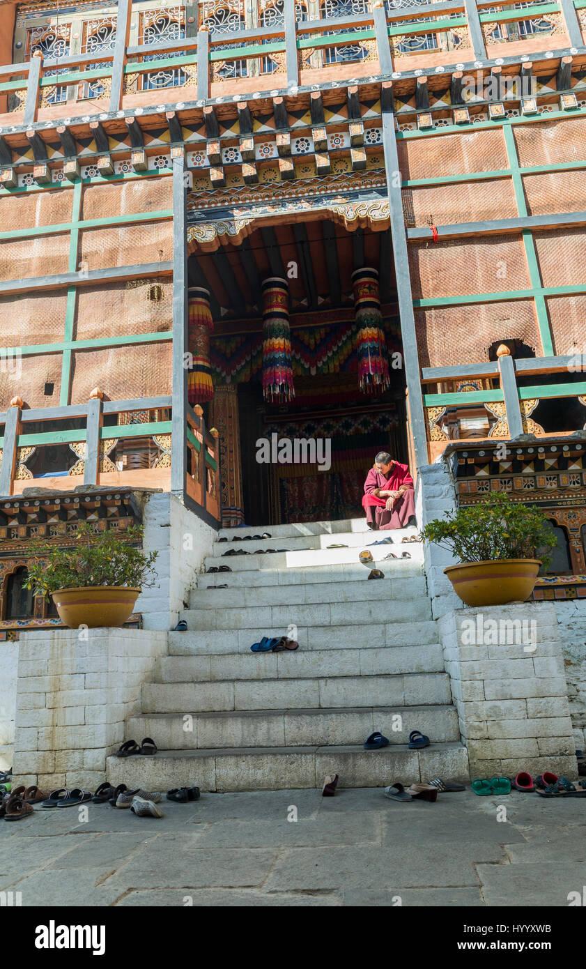 Monk at the entrance of Dzong (Bhutan) - Stock Image