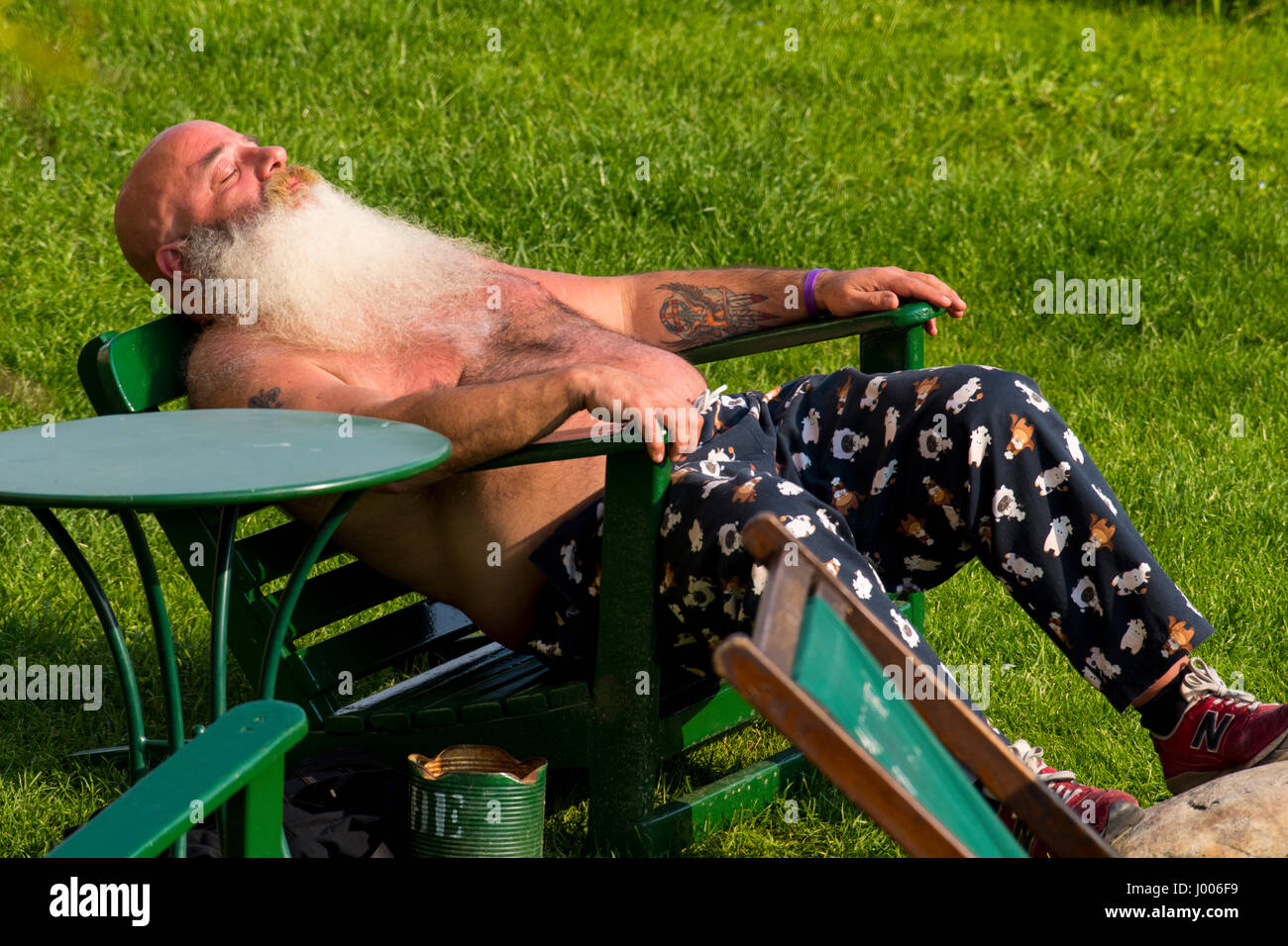 Catching  the  rays  and  a  few  zeds  on the  banks  of  the  Arno  near  the  Ponte  Vecchio,  Florence,  April - Stock Image