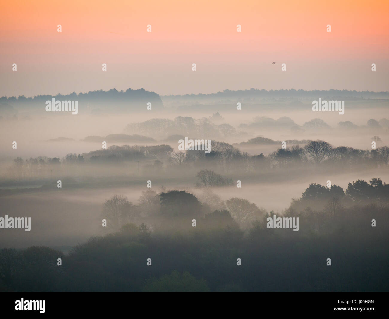 Corfe Castle, Dorset, UK. 8th April 2017. Glorious misty crisp sunrise over the Isle of Purbeck looking towards Stock Photo