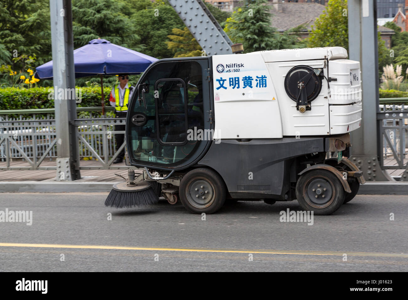 China, Shanghai.  Street Cleaner on Waibaidu Bridge. - Stock Image
