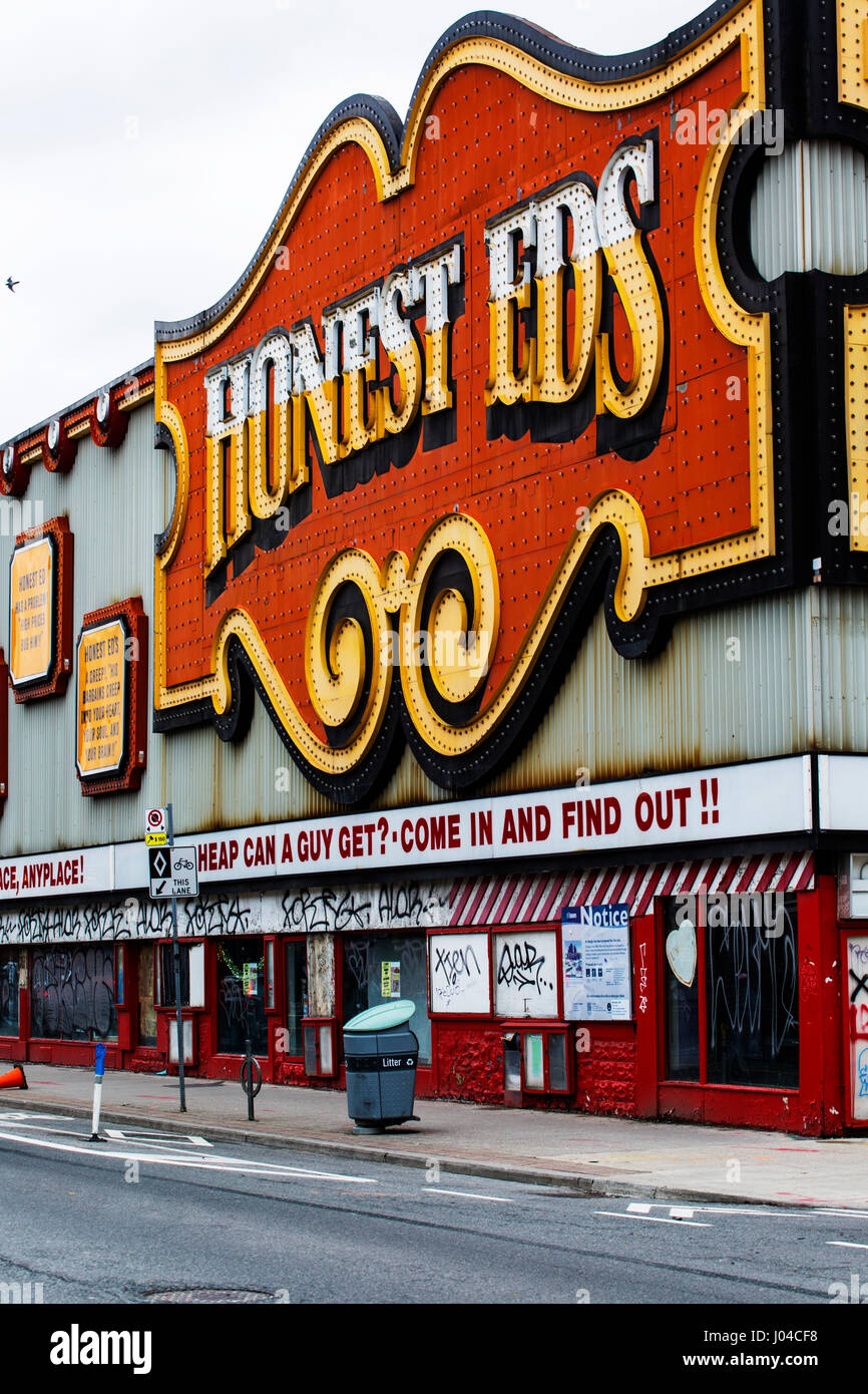 Toronto Ontario Canada, Sign of landmark discount store HONEST ED'S, located at Bathurst Street and Bloor Street - Stock Image