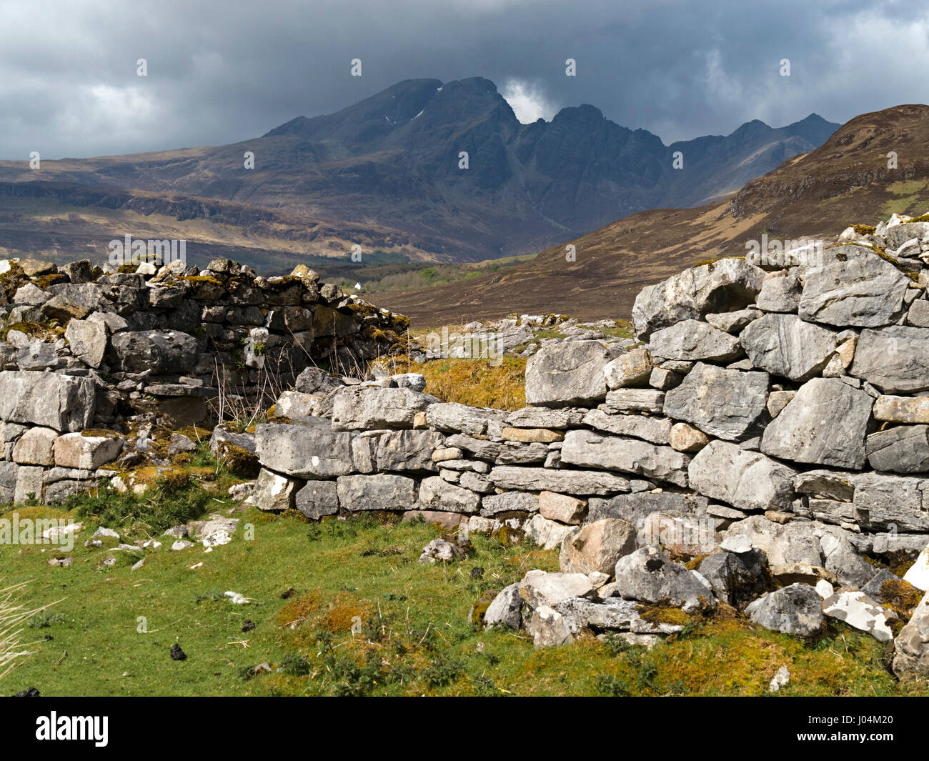 Ruined old croft house with Blaven in the Black Cuillin mountains in the distance, Isle of Skye, Scotland, UK - Stock Image