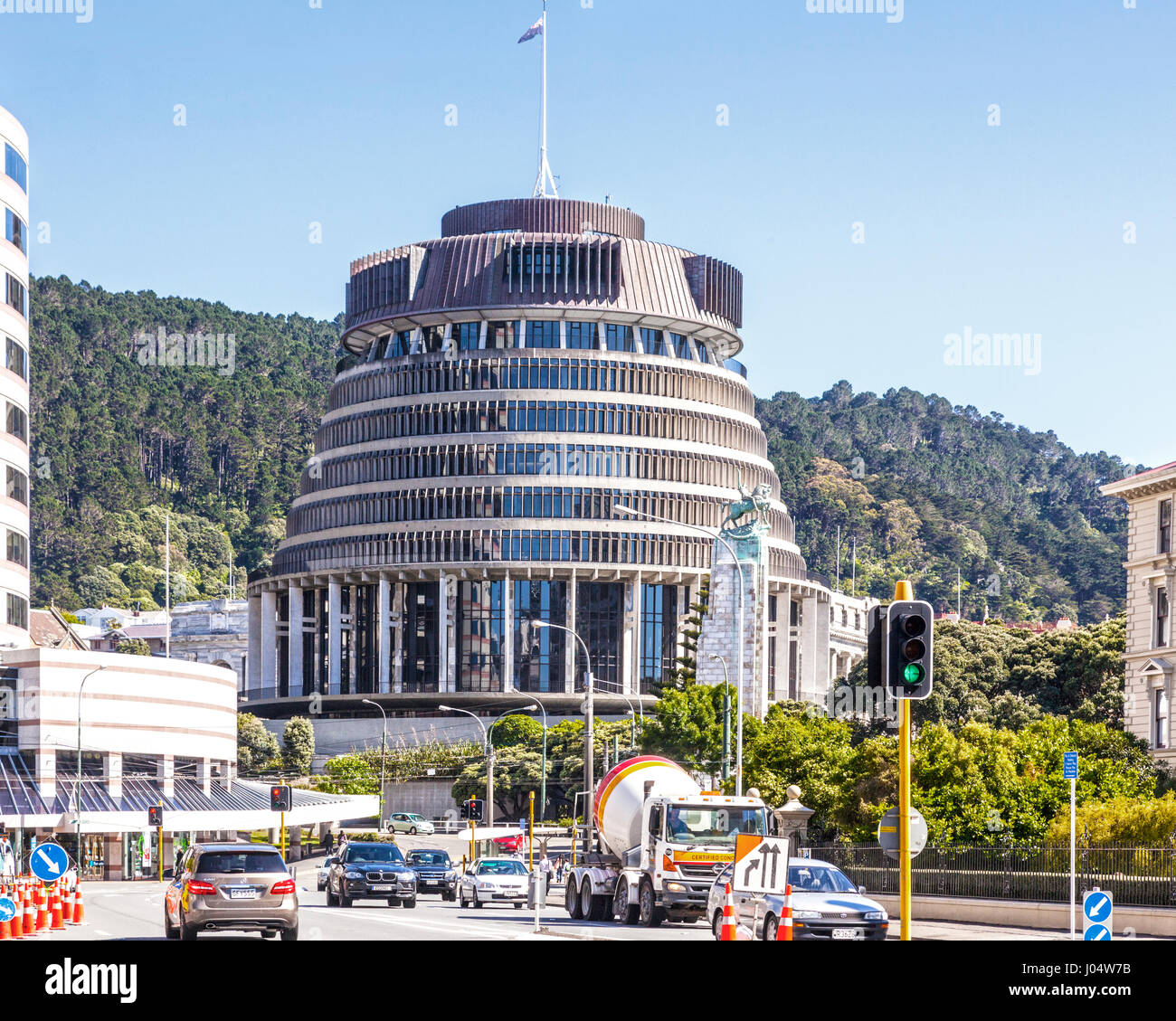 The Beehive, the parliamentary offices of New Zealand's government, and Whitmore Street, Wellington. - Stock Image